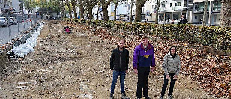 Grabungsleiter Robert Süße, Eckhard Döring vom Straßenbauamt Paderborn und Stadtarchäologin Dr. Sveva Gai (v.l.n.r.) stehen auf dem Fundament von einem der freigelegten Türme
