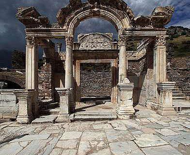Hadrianstempel. Ansicht von der Kuretenstraße