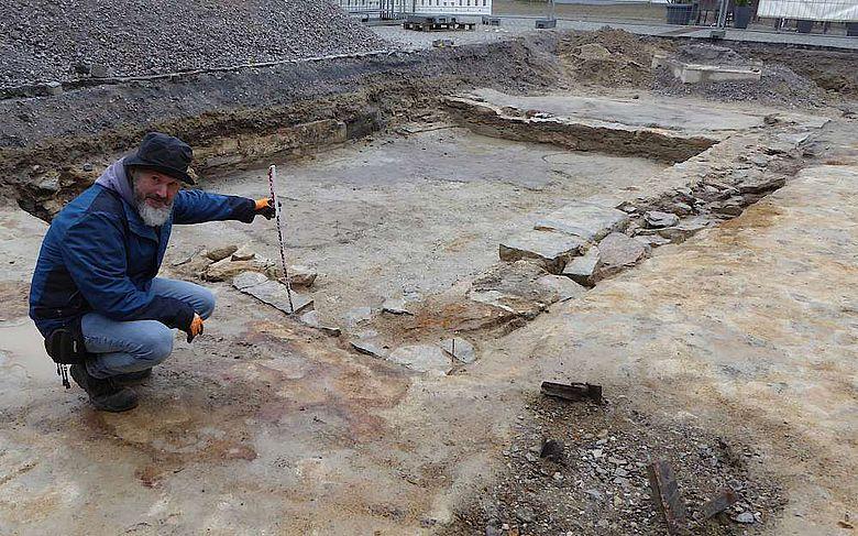 Grabungstechniker Udo Granzin untersucht die Grundmauern des neu entdeckten Gebäudes