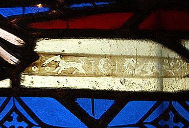 Abb. 17| Darstellung eines Drachen, des Mondes, von Sternen und einem unidentifizierbaren (missglückten?) Wesen links von der Mondsichel (14. Jahrhundert). Es ist bemerkenswert, dass die Drachenmotivik auf Schwertern auch im Zusammenhang mit dem Mond offenbar bis ins 14. Jahrhundert hinein in den Köpfen der christlichen Künstler verankert blieb. Dieses Fenster befindet sich in der Wand des nördlichen Seitenschiffs im Freiburger Münster, östlich von der bekannteren Katharinendarstellung im sog. Schneiderfenster. (Foto: Verf.)