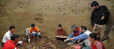 Kasachische Wissenschaftler bei der Ausgrabung und Dokumentation der Pferdebestattungen von Berel (Foto: Z. Samachev)