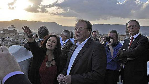 Bundesentwicklungsminister Dirk Niebel und Iris Gerlach beim Besuch der Altstadt von Sanaa (Foto: DAI)