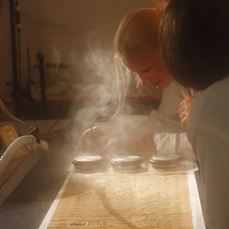 Ausrollung des Papyrus