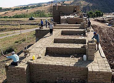 Die Mauer ist rund 7 m breit und als Kastenmauer gebaut – eine äussere und eine innere Lehmziegelmauer sind durch kurze Quermauern miteinander verbunden. Die so entstehenden Hohlräume (=Kästen) werden später mit Erdreich verfüllt. (Photo: DAI)