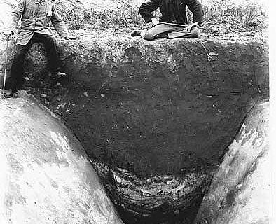 Sichtbar gemachte Spuren im Boden: Alle namhaften Archäologen kamen am Anfang des 20. Jahrhunderts zu den Ausgrabungen nach Haltern, hier Friedrich Koepp (li.) und Hans Dragendorff über dem Profil eines Spitzgrabens vom Uferkastell auf der Flur Hofestatt. (Foto: LWL)