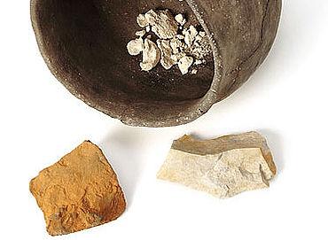 Keramikgefäß mit Knochen und Steinen aus einer Opfergrube, Schnippenburg, 3. Jh. v.Chr.