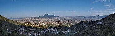 Abb. 2| Panorama auf die Sarnoebene, im Zentrum liegt der Vulkankomplex des Vesuv. Die Ruinen des antiken Pompeji befinden sich, schwach erkennbar, unterhalb der linken Flanke des Somma-Vesuv. (Foto F. Seiler, DAI Berlin)