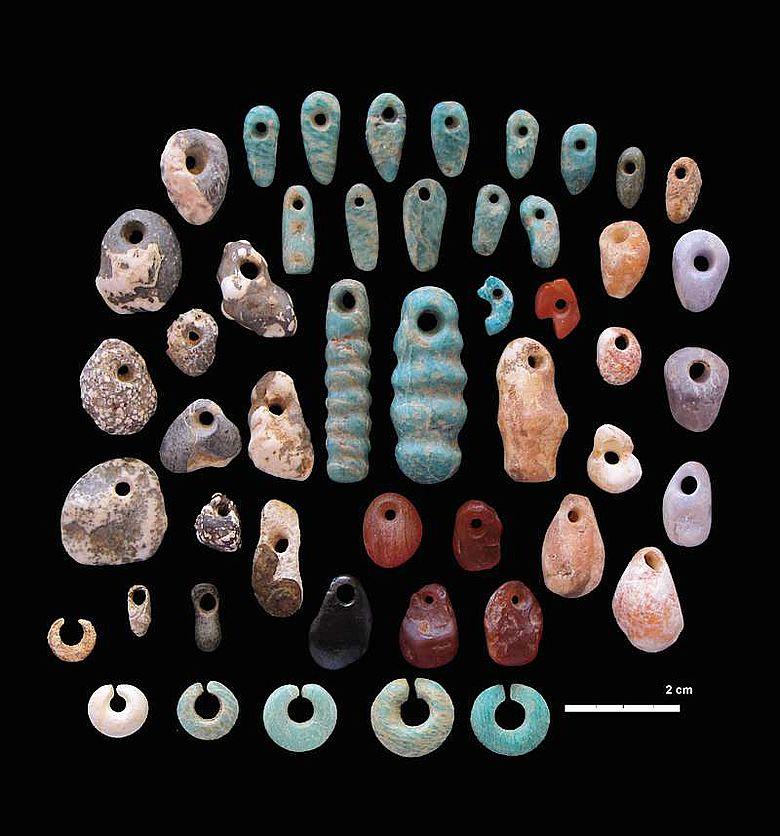 Steinanhänger und Ohrringe aus der Begräbnisstätte Lothagam North, Kenia