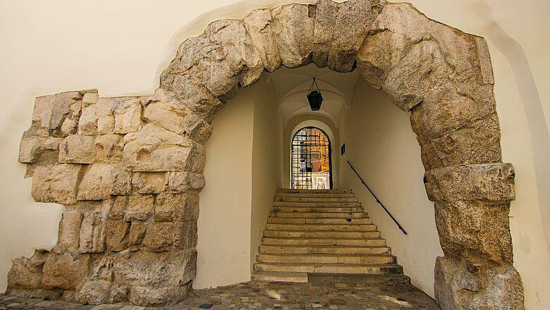 Die Porta Praetoria gilt als eines der ältesten erhaltenen Bauwerke in Regensburg. Es diente den römischen Soldaten als Ausfalltor, um bei einer Belagerung das Legionslager verlassen zu können