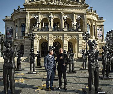 Kunst- und Kulturminister Boris Rhein (l) und Konzeptkünstler Ottmar Hörl inmitten der Keltenfürsten