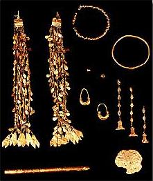 Schatzfund C: Goldschmuck und Goldklumpen aus Troia II. (Foto: M. Gülbiz, © Archäologisches Landesmuseum Baden-Württemberg)