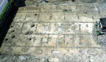 Überblick über die Grabungsflächen aus 25 m Höhe (genordet). Fundamentgräben, Pfostenlöcher und Gruben heben sich kontrastreich vom hellen Brenzschotter ab. (Foto: LDA Baden-Württemberg)