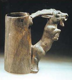 Bitumengefäß mit Ziegenbockgriff, Choga Mish (Khuzistan, 1. Hälfte des 2. Jts. v. Chr., © Teheran, Nationalmuseum)