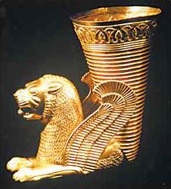 Löwenrhyton, Ekbatana (Hamadan, westl. Zentral-Iran, 500 - 450 v. Chr., Gold, 22,3 cm/ Ø 19,5 cm, © Teheran, Nationalmuseum)