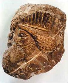Reliefkopf eines bärtigen Mannes aus Persepolis (Zeit des Darius, 522 - 486 v. Chr., 30 x 23 x 12 cm, © KHM, Ägyptisch Orientalische Sammlung)