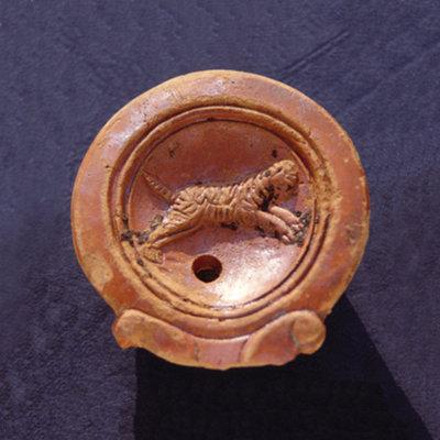Öllampe aus Ton mit Darstellung eines Panthers. Fund aus der Frühzeit des Kastells. (Foto: LDA Baden-Württemberg)
