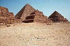 Die Cheops-Pyramide (hinten) gilt als Sinnbild ägyptischer Baukunst.Doch ob sie in Stufenform errichtet wurde wie die kleineren Pyramiden von Gizeh (vorne), ist ungeklärt. (Foto: Erhart Graefe)