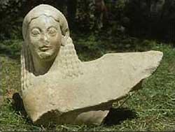 Die ebenfalls bei der Ausgrabung gefundene Sphinxkopf. (Foto: DAI)