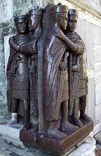 Wahrscheinlich aus Nicomedia stammende porphyrne Statuengruppe der Tetrarchen am Markus-Dom in Venedig mit jeweils zusammen einem Augustus und einem Caesar. (v. links: Maximianus und Constantius I., Diocletianus und Galerius). (Foto: Wolfgang Kuhoff)