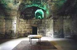 Restaurierter Raum im meerseitigen Untergeschoß des Palastes in Split mit einer marmornen mensa, die zur Ausstattung des ehemals darüberliegenden triclinium, des Speiseraumes, gehörte. (Foto: Wolfgang Kuhoff)