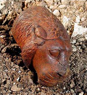 Ein Löwenkopf aus Elfenbein aus der Zeit um 1400 vor Christus, der als kleines Behältnis benutzt werden konnte. Er lag auf einer der vergangenen Holzbahren in der Hauptkammer der Königsgrüfte. (Foto: Konrad Wita (Berlin))