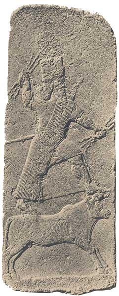Stele aus Chadatu (Arslan Tasch), neuassyrisch, 8. Jh. v. Chr.: Der blitzeschleudernde Adad auf seinem Symboltier, dem Stier. (Foto: F. Thureau-Dangin u.a.; Arslan-Tash, Paris 1931.)