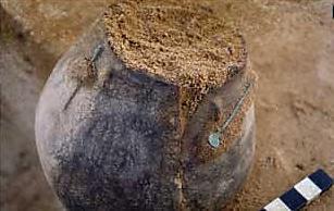 Bekleidete Urne der frühen Eisenzeit. Foto: Landesamt für Archäologie Sachsen