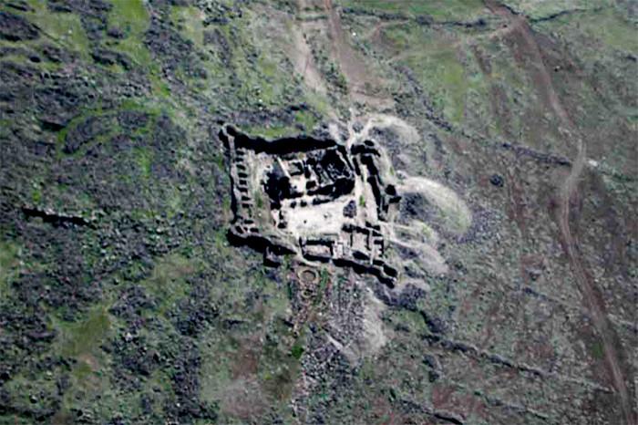 Abb. 6 Hochmittelalterlicher Klosterkomplex von Ushi (u.a. Abraumhaufen der Ausgrabung aus den 1970er Jahren) und eine unterhalb gelegene bronzezeitliche Siedlung. (Foto A. Faustmann)