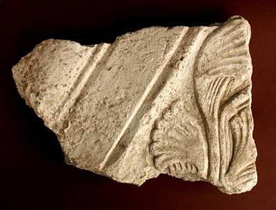 Eines der romanischen Stuckfragmente aus dem Abbruchhorizont des Kirchenbaus. (Foto: LfA Thüringen)