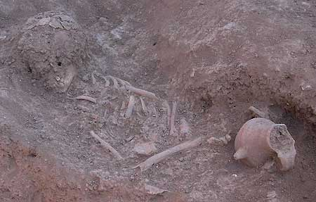 Babyflasche aus Ton. Perserzeitlich. Aus dem Grab eines 18-24 Monate alten Kleinkindes. (Foto: Seminar f. Vorderasiatische Archäologie, Uni Freiburg)