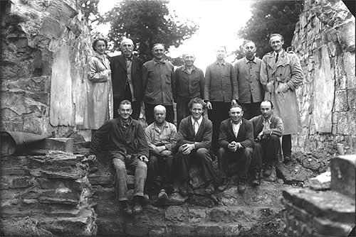 Grabungsmannschaft 1949-51: Oben links Dr. H. Claussen, oben rechts Prof. W. Winkelmann. (Foto: Westfälisches Amt für Denkmalpflege, Bildarchiv)