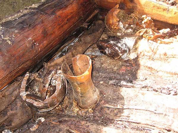 Olon-Kurin-Gol 10, Kurgan 1: Gefäße aus Holz und Horn links neben dem Kopf des Verstorbenen. (Foto: DAI Berlin)