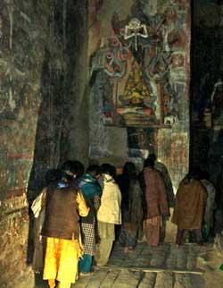 Anbetung der Prajna Paramita (Göttin der Weisheit) nach »Übergabe« der restaurierten Skulptur. (Foto: Nako Research & Preservation Project)
