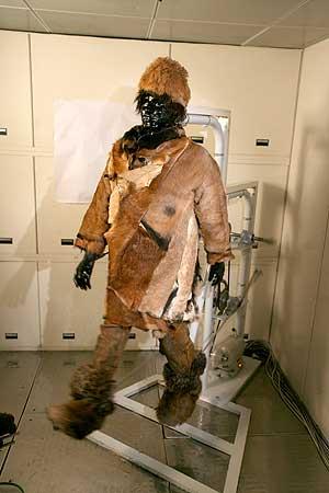 Um die Wärmeisolation von Kleidungsstücken unter Einfluss von Bewegungen und Wind beurteilen zu können, bewegte sich die aus Kupfer gefertigte thermische Gliederpuppe Charly in einer Klimakammer. (Foto: Hohensteiner Institute)
