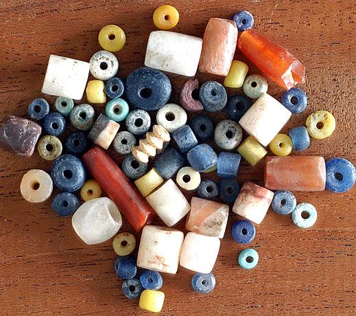 Eine Auswahl der in Mare de Kissi gefundenen Perlen (Foto: B. Voss)
