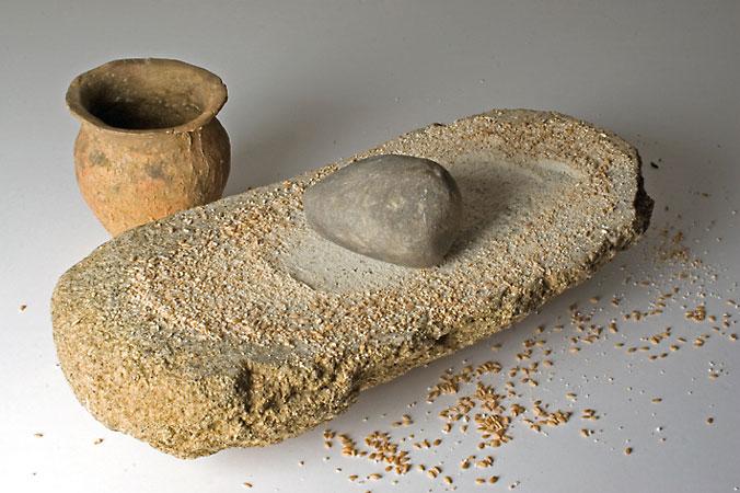 Vorratsgefäße und Mahlsteine waren Alltagsgegenstände der Ackerbau betreibenden Menschen der Lausitzer Kultur (Abb. Museum Westlausitz)