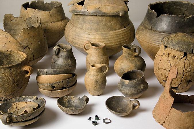 Im Verlauf der späten Bronzezeit werden die Gefäße mit waagrecht umlaufenden Riefen versehen (Niederkaina, Lkr. Bautzen), (Abb. Museum Westlausitz)