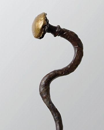 Viele Gewandnadeln der früheisenzeitlichen Billendorfer Gruppe wurden weiterhin aus Bronze hergestellt. Es gibt aber auch solche aus Eisen, wie die Gewandnadel mit goldplattiertem Kopf aus dem Gräberfeld von Niederkaina (Lkr. Bautzen), (Abb. Museum Westlausitz)