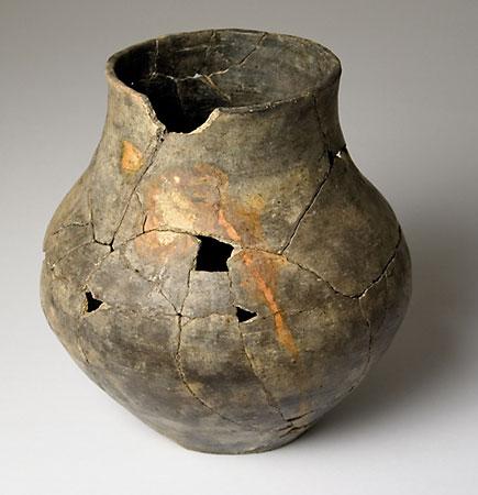 Früheisenzeitliche Urne mit Rostabdruck einer Eisennadel (Niederkaina, Lkr. Bautzen), (Abb. Museum Westlausitz)