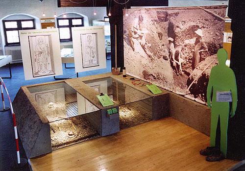 Im Zentrum der Ausstellung stehen seit 1997 zwei Grabrekonstruktionen. Die Gräber 615 und 619 sind sehr gut ausgestattet, so dass verschiedene Arten von Waffen, Trachtteilen, Schmuck und Werkzeug in Befundlage gezeigt werden können (Foto: Stadtmuseum Weingarten)