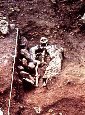Steinumrandung von Individuum 2131, die auf Angst vor Wiedergängertum hinweist. Fotoausschnitt. (Foto: Thüringisches Landesamt für Denkmalpflege und Archäologie)