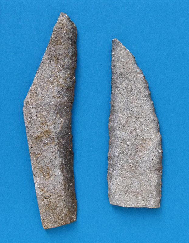 Pfahlbausiedlung »See am Mondsee«. Sicheleinsätze aus Plattenhornstein (Spiculit) des Oberalmer Reviers. Länge Sichelblatt links: 12,0 cm (Foto: A. Binsteiner)
