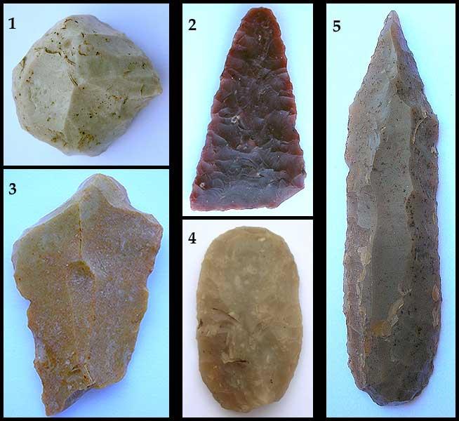 Abb. 4| Importierte Silexartefakte in Riekofen, Lkr. Regensburg (Oberpfalz): [1] Kratzer aus nordböhmischem Quarzit Typ Becov (L.= 2,1 cm); [2] Pfeilspitze aus alpinem Hornstein (L.= 2,9 cm); [3] Dolchfragment (proximaler Teil) aus Grand-Pressigny Feuerstein (L.= 4,3 cm); [4] Kratzer aus baltischem Feuerstein (L.= 3,55 cm); [5] Spandolch aus baltischem Feuerstein (L.= 7,5 cm) © A. Binsteiner