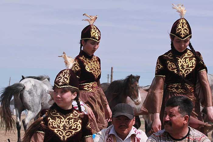 Junge Kasachinnen in ihrer Tracht bei einer festlichen Veranstaltung (Foto: E. Usmanova)