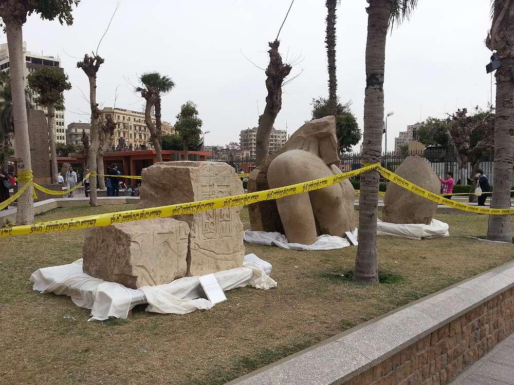 Teile der Statue sind jetzt im Garten des Ägyptischen Museums in Kairo