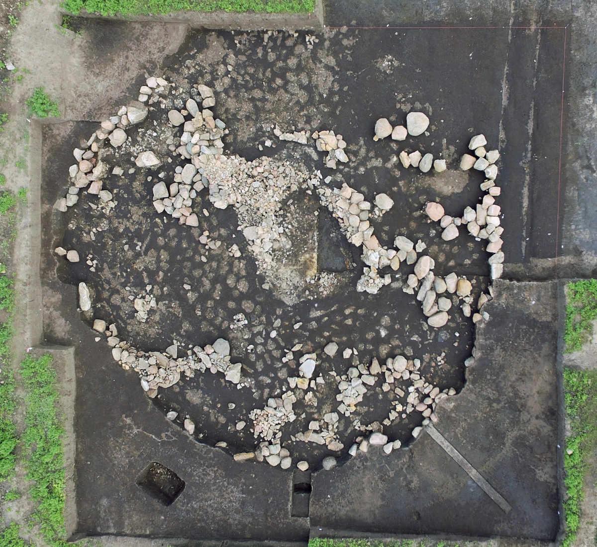 Grabhügel Bornhöck: Steinkern mit Grabkammer