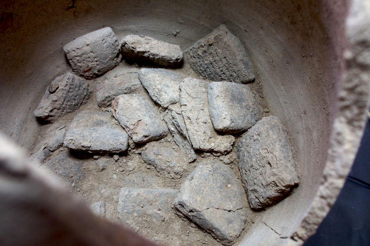 Keilschrifttafeln in Keramikgefäß