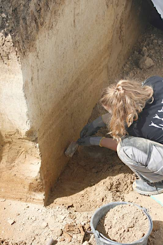 Studentin bei der Präparierung des geologischen Profils
