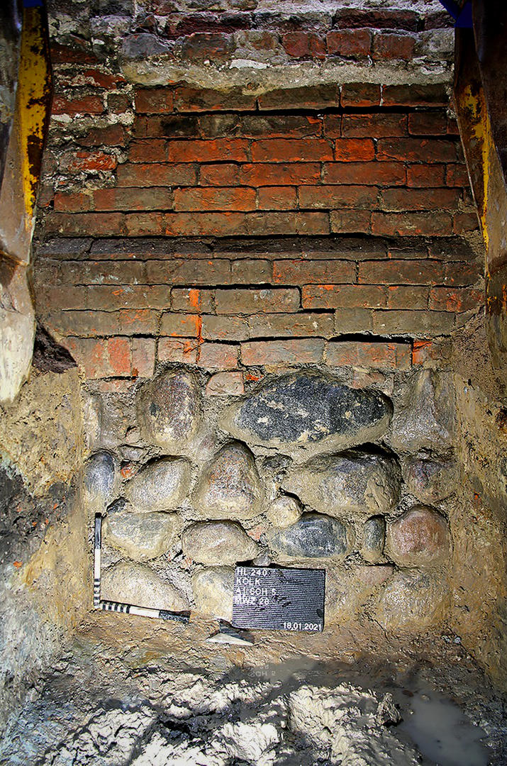 Fundament des ältesten Lübecker Hauses im Grabungsprofil