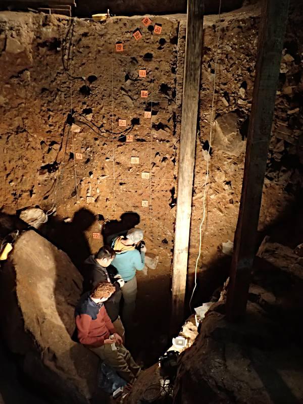 Die Forschenden Zenobia Jacobs, Bo Li und Kieran O'Gorman beim Sammeln von Sedimentproben in der Hauptkammer der Höhle